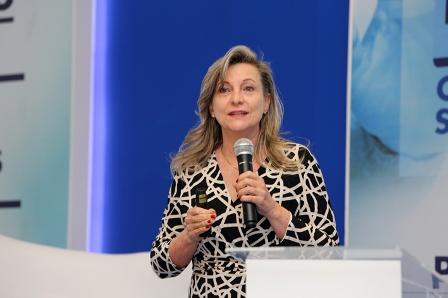 O Brasil está entregando seu patrimônio para rolar a dívida pública, afirma Maria Lucia Fattorelli